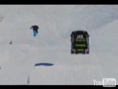 Зимний вид спорта. Сноубордисты и автомобилисты зажигают