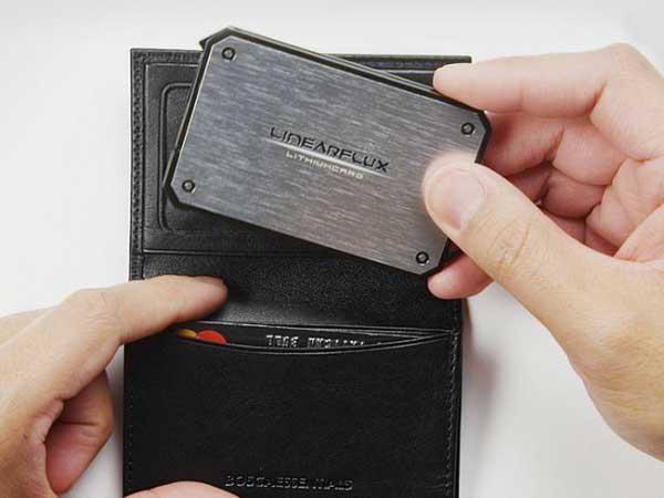 Подзарядка для самртфонов, которую можно носить в бумажнике