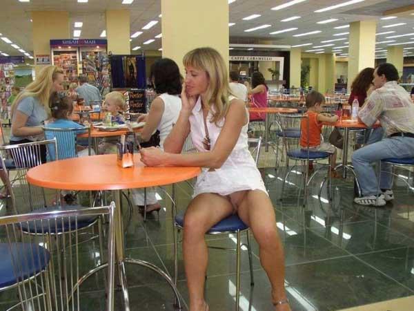 Под столом без юбки